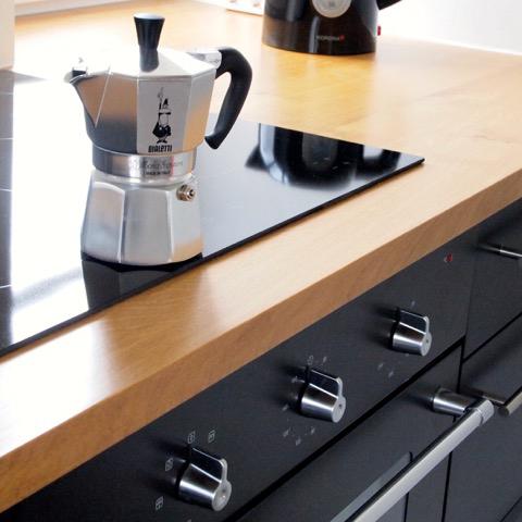 Küche Arbeitsplatte Eiche, Fronten schwarz durchgefärbte MDF-Platte Tisch Eiche, Schrank weisslasierte Fichte, Fronten MDF-Platte, lackiert